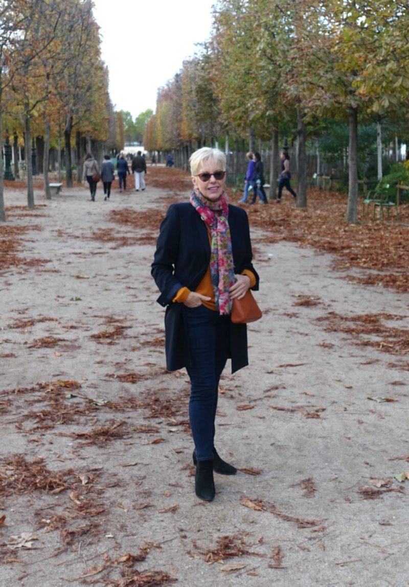 Style blogger Susan B. in Jardin des Tuileries. Details at une femme d'un certain age.