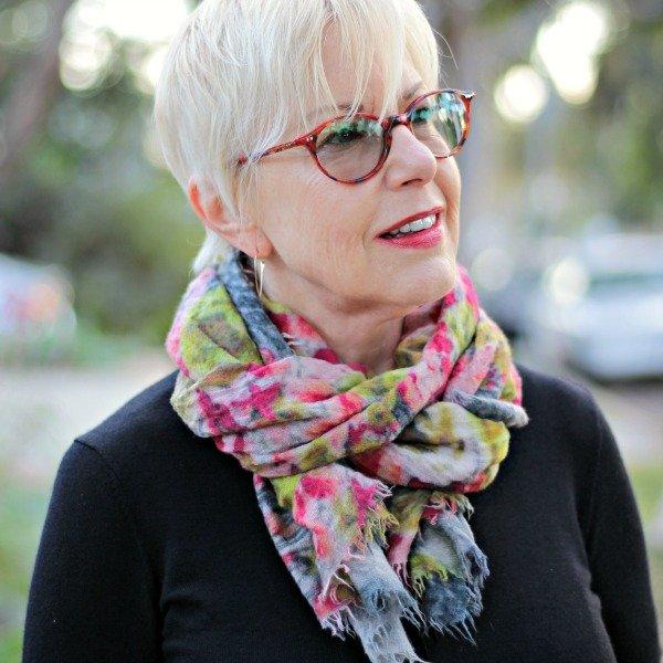 An easy scarf tie for oblong scarves. Details at une femme d'un certain age.
