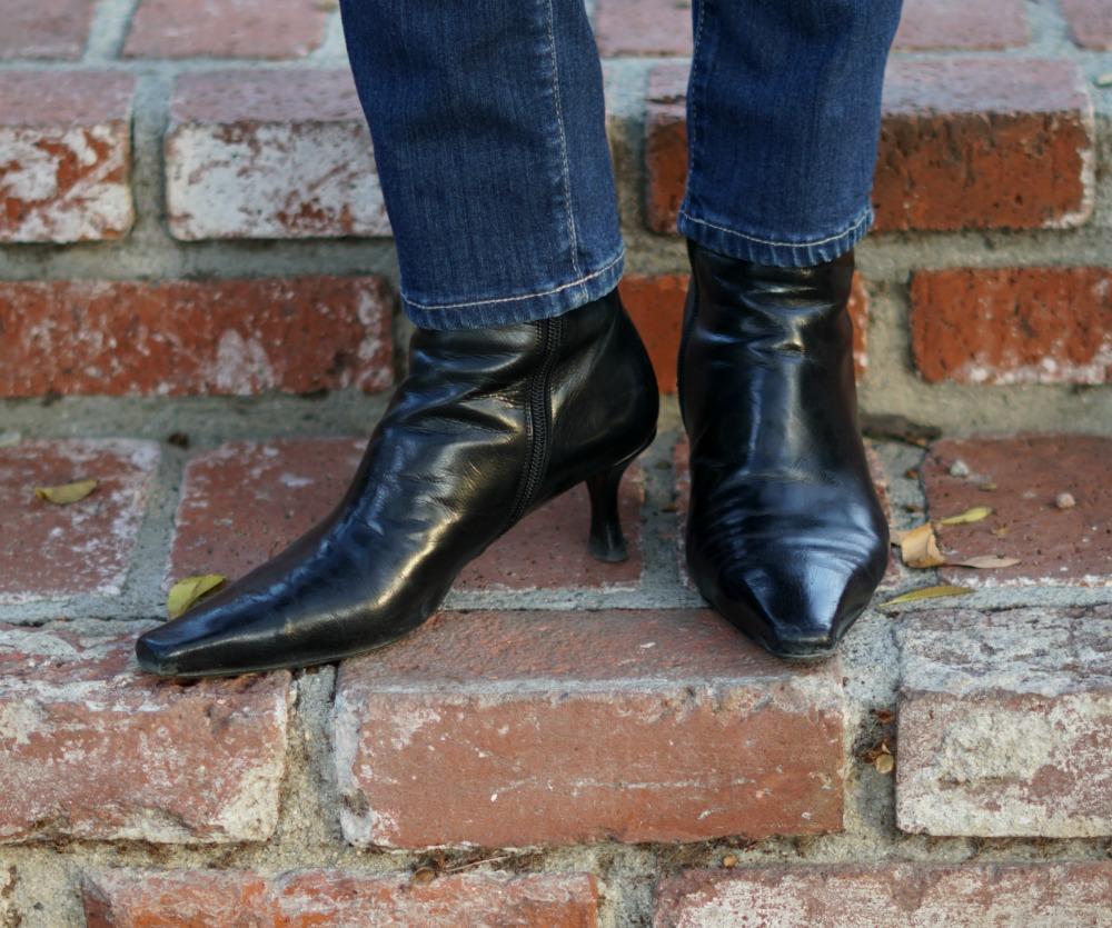 Detail: black Stuart Weitzman ankle boots with a kitten heel. Info at une femme d'un certain age.