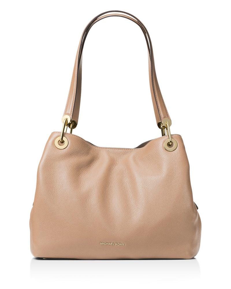 Shoulder satchel in tan leather. Details at une femme d'un certain age.