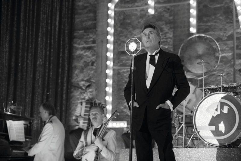 Bryan Ferry sings in the series Babylon Berlin.