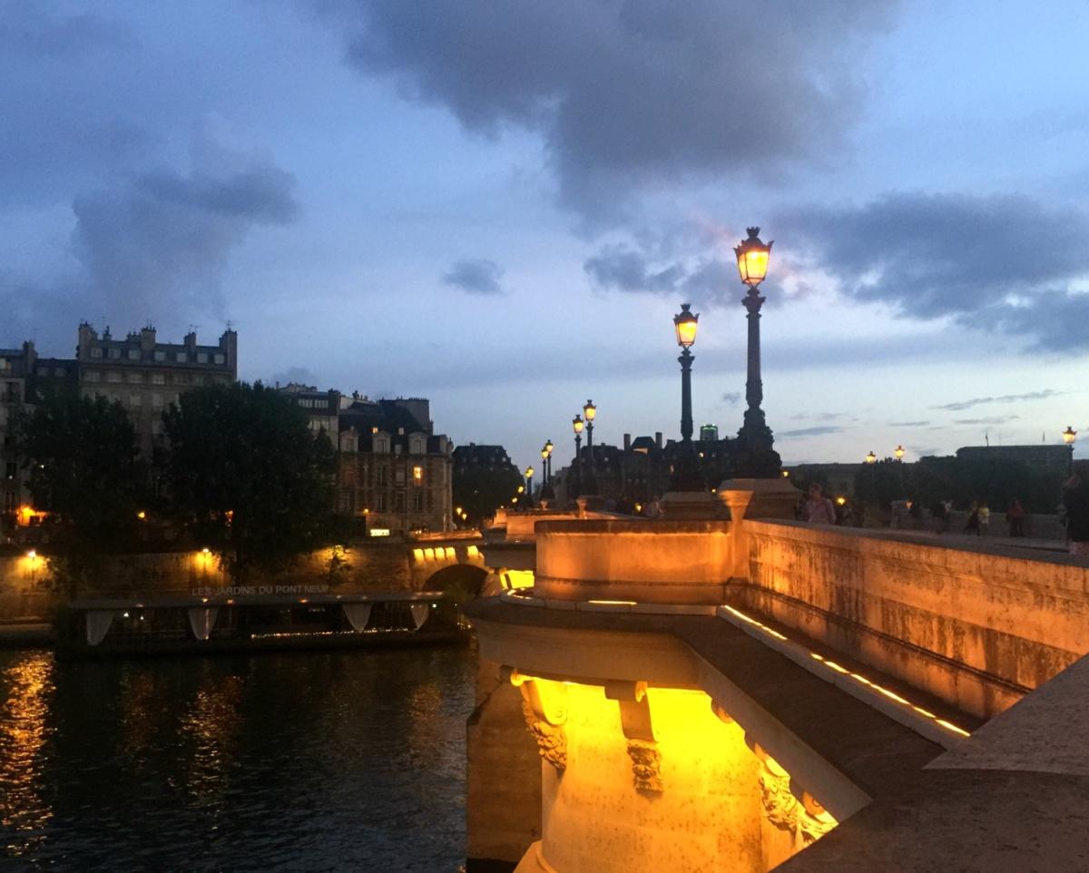 Pont Neuf Paris à l'heure bleue. Details at une femme d'un certain age.