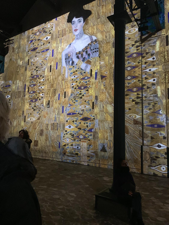 Image from Klimt exhibition at Atelier des Lumieres in Paris. Details at une femme d'un certain age.