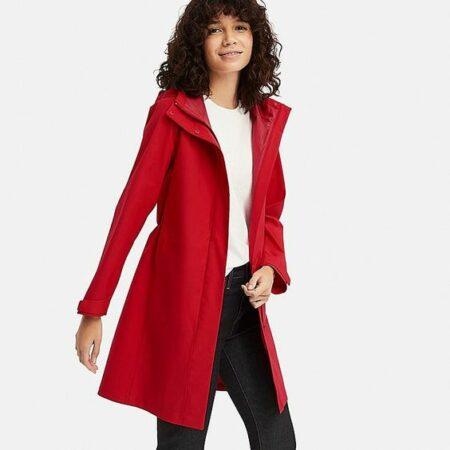Uniqlo Blocktech raincoat in red. Details at une femme d'un certain age.