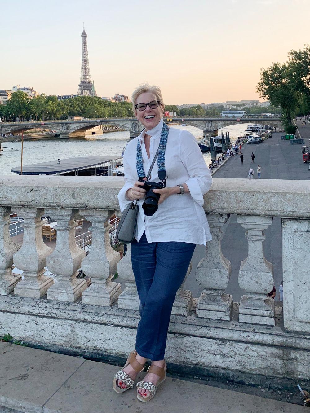 Susan B. of une femme d'un certain age wears a linen shirt and pants in Paris.