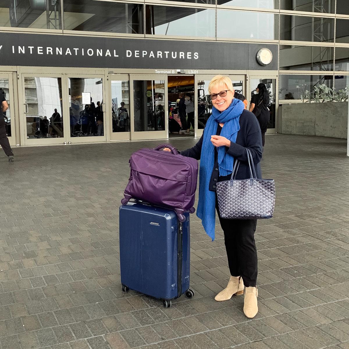 Susan B of une femme d'un certain age dressed comfortably for a long haul flight.
