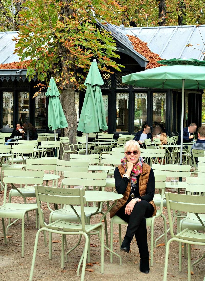 Susan B of une femme d'un certain age in Jardin de Luxembourg in Paris.