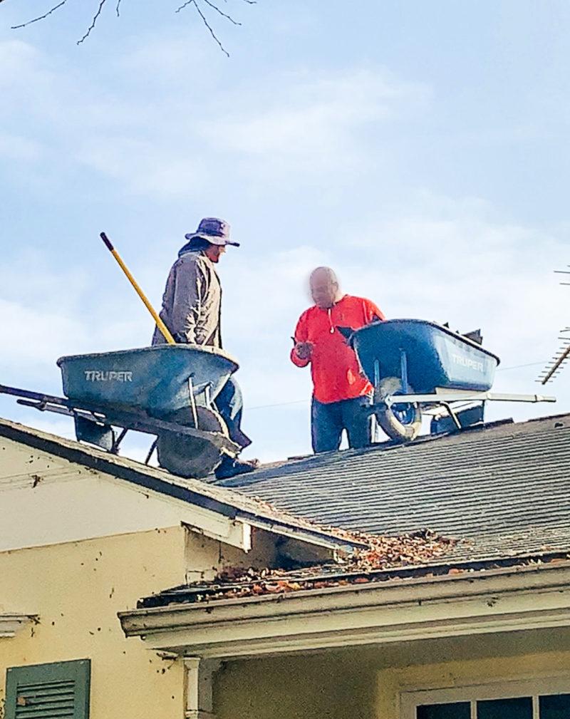 Roofers removing old composite roof. Details at une femme d'un certain age.