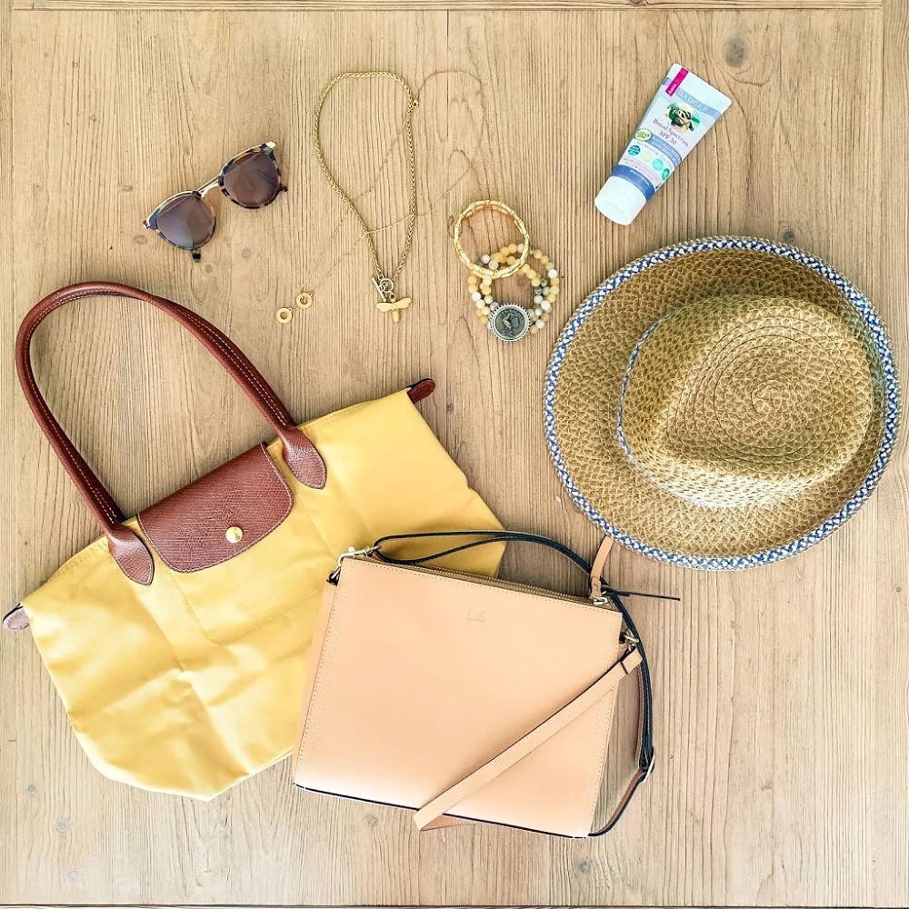 Beach vacation packing list: accessories. Details at une femme d'un certain age.