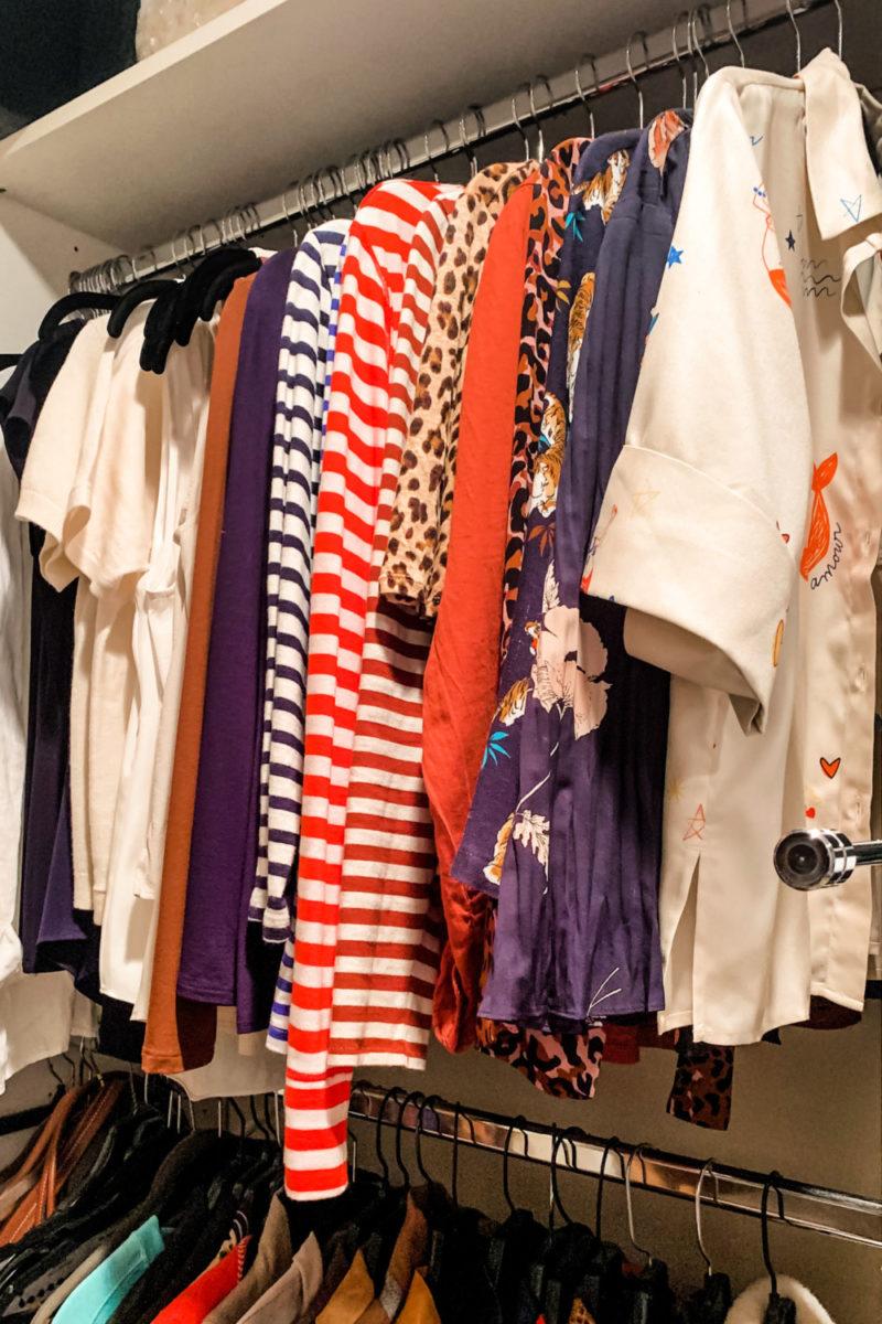 Closet organization: tops & tees. Details at une femme d'un certain age.