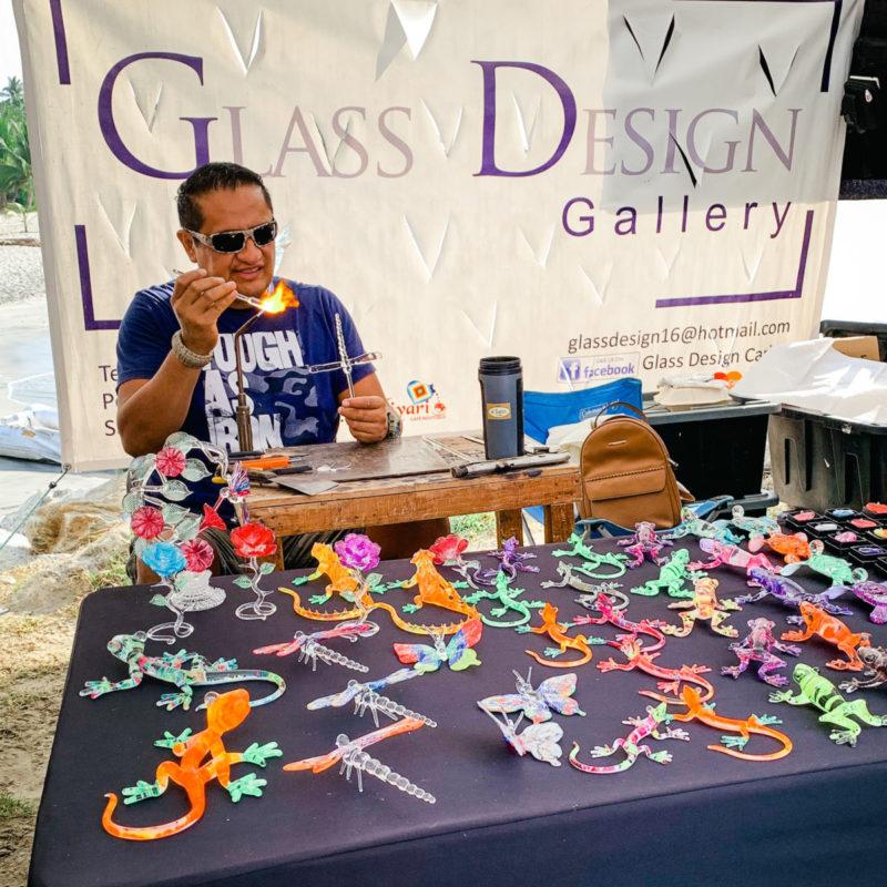 Glass artisan at La Cruz de Huanacaxtle mercado, Nayarit Mexico. Details at une femme d'un certain age.