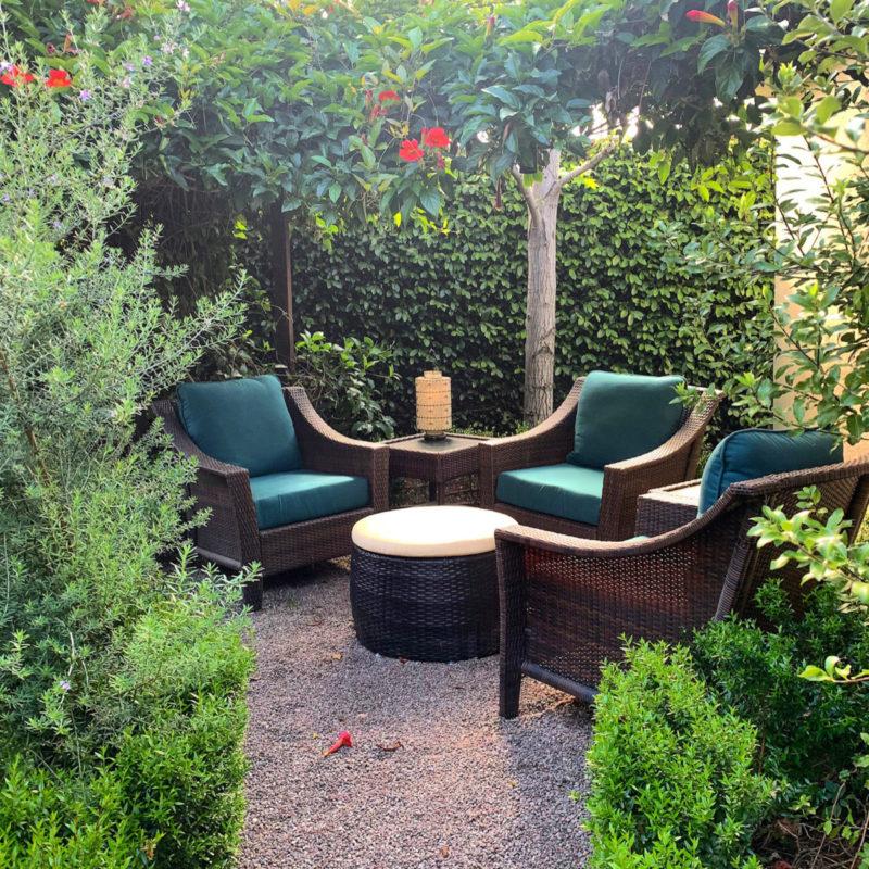 Backyard conversation nook. Details and more outdoor furniture at une femme d'un certain age.