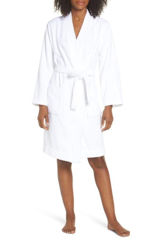 Women's white terry robe. Details at une femme d'un certain age.