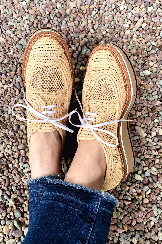 Closed-Toe Summer Shoes - une femme d