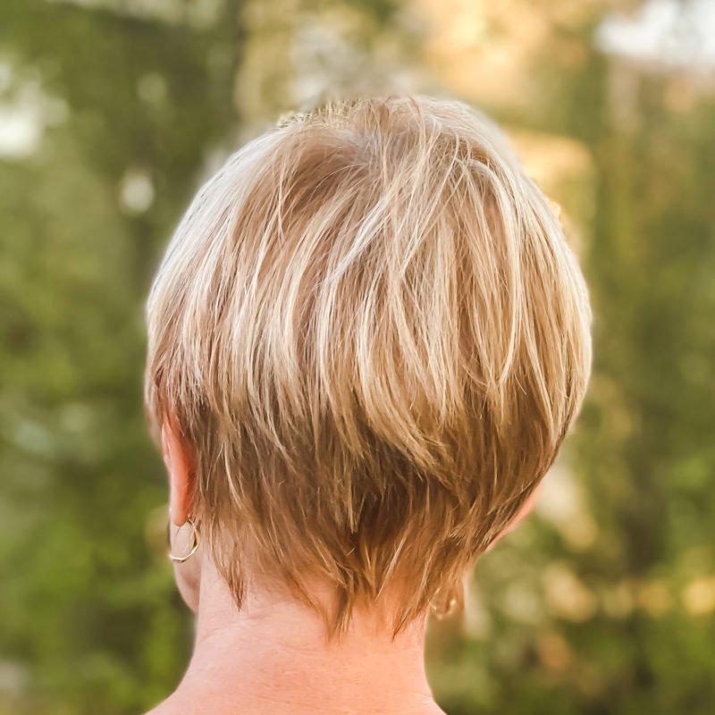 Susan B. wears a long pixie cut. Back view. Details at une femme d'un certain age.
