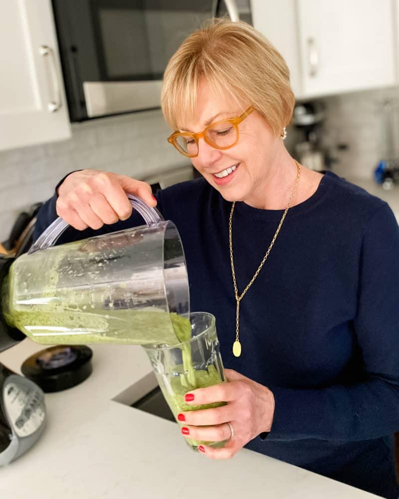 Susan B. pours a smoothie. Details at une femme d'un certain age.